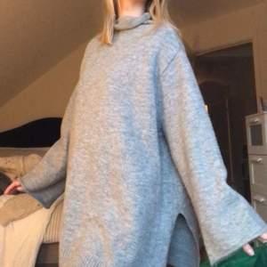 Oversized stickad tröja från Zara i en ljusgrå färg!
