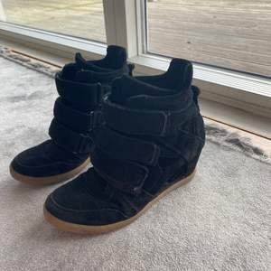 Jättesnygga skor som är isabel marant inspirerade i storlek 39💕 Buda !!
