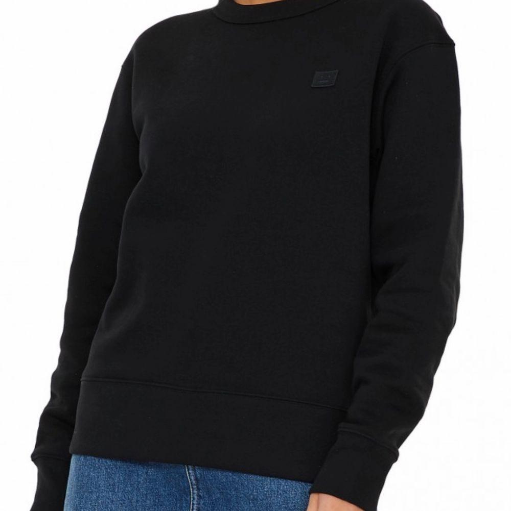 Acne sweatshirt i storlek S. Köpt på wakawuu för några månader sen. Använd ca 2 gånger, köptes för 1900 kr. Unisex! Säljes för 1000 (pris kan diskuteras). Huvtröjor & Träningströjor.