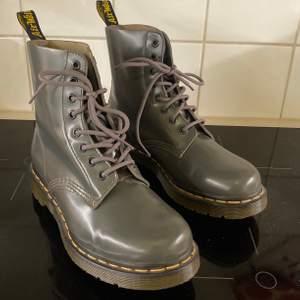 Oanvända! Köpta på Dr Martensaffären i Stockholm. Underbart snygga, men jag har helt sonika för mkt skor. Hämtas på söder el möts upp. Vid frakt tillkommer kostnad.