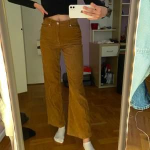 Byxor från Monki i manchestertyg. Lite korta för som är 176 cm. Använda fåtal gånger. Säljer likadant par i svart också!✨