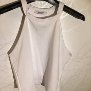 Vit tight croppad top från Zara, använd max 1-2 gånger.