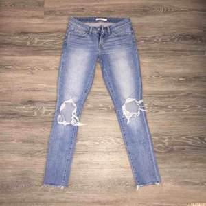 Nyskick snygga och sköna jeans  Säljes endast pågrund av garderobsrensning (: • Köparen betalar frakt. Ansvarar EJ för postens slarv.