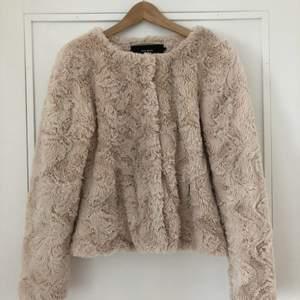 Superfin och gosig fake-pälsjacka i rosa/beige! Eventuell frakt står köparen för 🌼 hör av er om du vill ha fler bilder