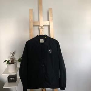 Coach jacket i storlek S, passar M. Köpt på Carlings för 499 kr , september-17. Inga skador eller fläckar på plagget. Fraktkostnad tillkommer. Säljer pga: Används inte längre
