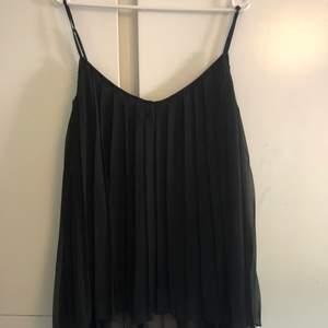 Snygg festtopp från Size & Needle, en söm har gått på bröstkorgen men det syns inte när man har på sig den! Riktigt snygg, nypris 300 säljs för 50kr! Köparen står för ev frakt:-)