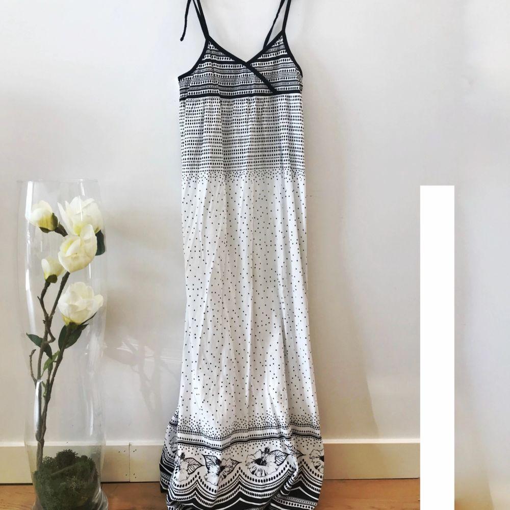 Fin vit långklänning med svarta detaljer från H&M!⚪️⚫️✨. Klänningar.