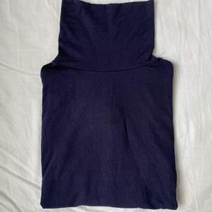 En långärmad tunn tröja med krage från Missäy. Aldrig använd. Lappen finns ej kvar men det passar både m & s.