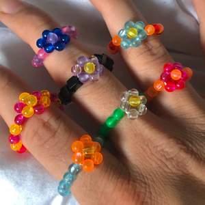 Trendiga handgjorda ringar🥰Finns massa olika färger!🤩Designa själv eller köpa några av de färdig gjorda🌼Blommringar🌺Bara att be om fler bilder, på ringarna eller vilka pärlor som finns💜Går att fixa olika storlekar💓Frakt tillkommer på 14kr (inte per ring)💖