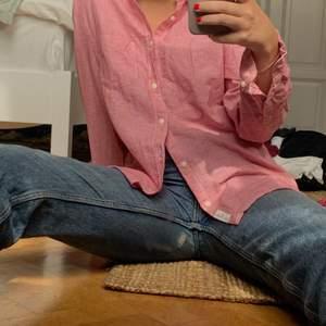 Fin skjorta från h&m!! Samfraktar så kika in på min profil om du hittar ngt mer!! Kör vanliga postnord 60kr frakt!