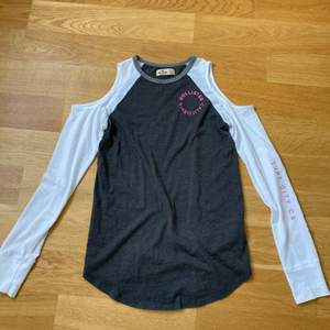 En grå/vit långärmad tröja från Hollister med hål på axlarna. Strl XS. Pris: 30+frakt💗