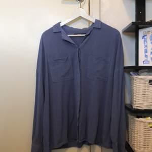 Blå skjorta från Bik Bok i storlek M. Använd 2-3 gånger endast!