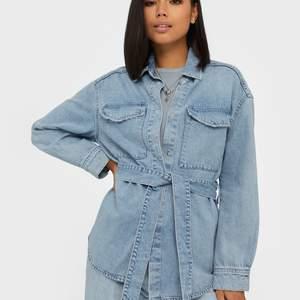 Säljer denna populära jeansjackan från Gina. Nyskick, använd endast en gång. Storlek XS/S. Nypriset ligger på runt 500 kr. Fast pris eller budgivning om fler är intresserade 💞