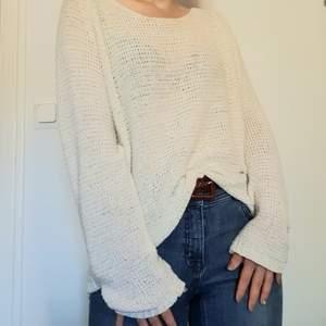 Frakt INGÅR i priset! Säljer en skön och inte allt för varm vit stickad tröja. Passar perfekt till sommarnätter 🌙🌸 Den är lite oversized på mig som är S, så även ärmarna är lite längre och pösiga.