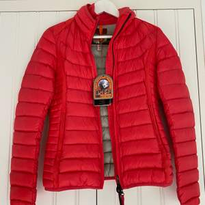 Jackan är oanvänd i storlek XS. Tag till jackan sitter kvar. Färgen heter 553-Coral.