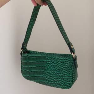 Fin väska med krokodil mönster, knappt använd och är som ny!😊