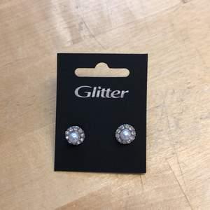 Oanvända örhängen från glitter. Frakt tillkommer.