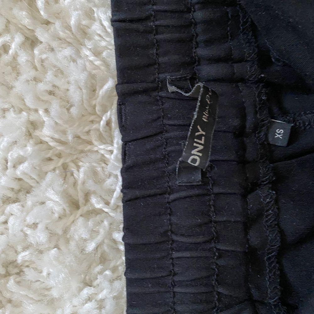 Enkel svart kjol från Only med snörning fram, storlek XS men är väldigt töjbar så funkar mindre och större. 100kr, frakt tillkommer . Kjolar.