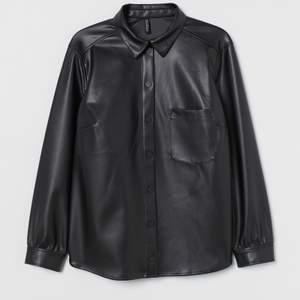 Ny läder skjorta från H&M, säljes pågrund av kommer ej till användning tyvärr. Använd 1 gång så som ny