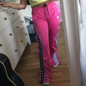 Säljer ett par rosa kappa byxor i strl xs, jag har däremot sytt upp dem ett par cm och jag är 1.57cm lång. Byxorna är stretchiga uppe i midjan