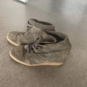 Jättefina militärgröna pavement skor med kilklack💞 använda ett fåtal gånger och är som nya💕 frakt tillkommer 💞