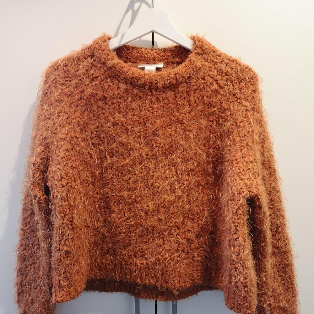 En orange lurvtröja I storlek S. Men passar även de som har XS I storlek. Perfekt till hösten eller vintern. . Tröjor & Koftor.