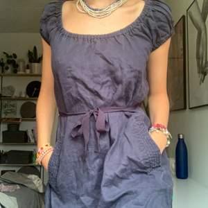 Gullig liten mörkblå klänning. 100% organic. Köpare står för frakt. Samfraktar så kolla gärna mina andra annonser också<3333