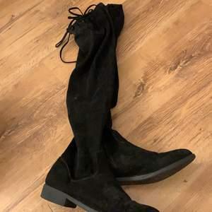Säljer svarta overknee boots i storlek 39. Bra skick inga skador. Knyten vid låren för att anpassa lår storlek