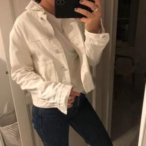 Säljer denna superfina och perfekta vita jeans jackan till hösten! Den är i superfint skick och utan några fläckar eller liknande. Jackan är i stl. S och är i från Bik Bok. Frakt ingår ej i priset men kan även mötas upp i Stockholms området.