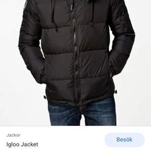 Säljer en d brand jacka stl m svart, ett snöre är sönder men inget man störs av. Fint skick annars.
