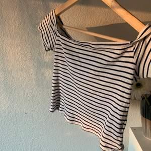 Off sholder t-Shirt med mörkblå ränder, använd typ 5 ggr.