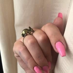 Superfin äldre lite retro vintage ring i guld med en hare eller kanin på, säljs pga kommer inte till användning så mycket som den förtjänar! Går att anpassa storleken på den, så passar i princip alla storlekar😊💕