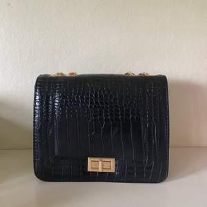 Jätte fin trendig svart axelarmväska. Aldrig använda        Köparen står för frakten , kan ge dig personligen ifall du bor iKatrineholm och Linköping