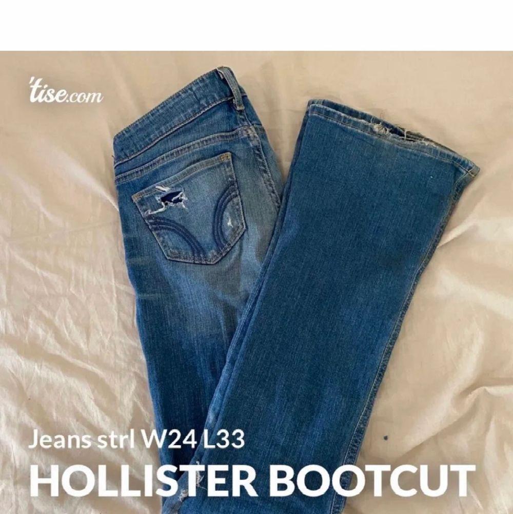 Väldigt snygga bootcut jeans med hål och slitningar från Hollister. Storlek W24 L33, ungefär som XS. Lite smutsiga där nertill, inget som man tänker på! Säljs för 100kr ink frakt!😊. Jeans & Byxor.