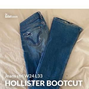 Väldigt snygga bootcut jeans med hål och slitningar från Hollister. Storlek W24 L33, ungefär som XS. Lite smutsiga där nertill, inget som man tänker på! Säljs för 100kr ink frakt!😊