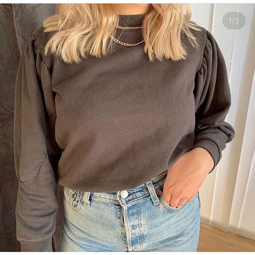 Mörkgrå sweatshirt med detaljer på armarna, knappt använd  . Huvtröjor & Träningströjor.