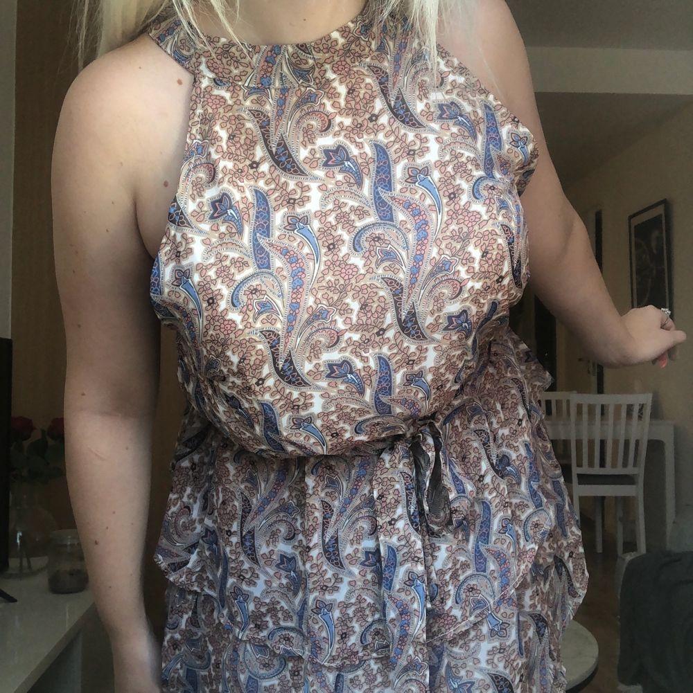 Helt ny klänning från Sheilay, står att det är storlek XL men skulle rekomendera denna till en som har L. Lappar är kvar på klänningen. Pris 60kr.. Klänningar.