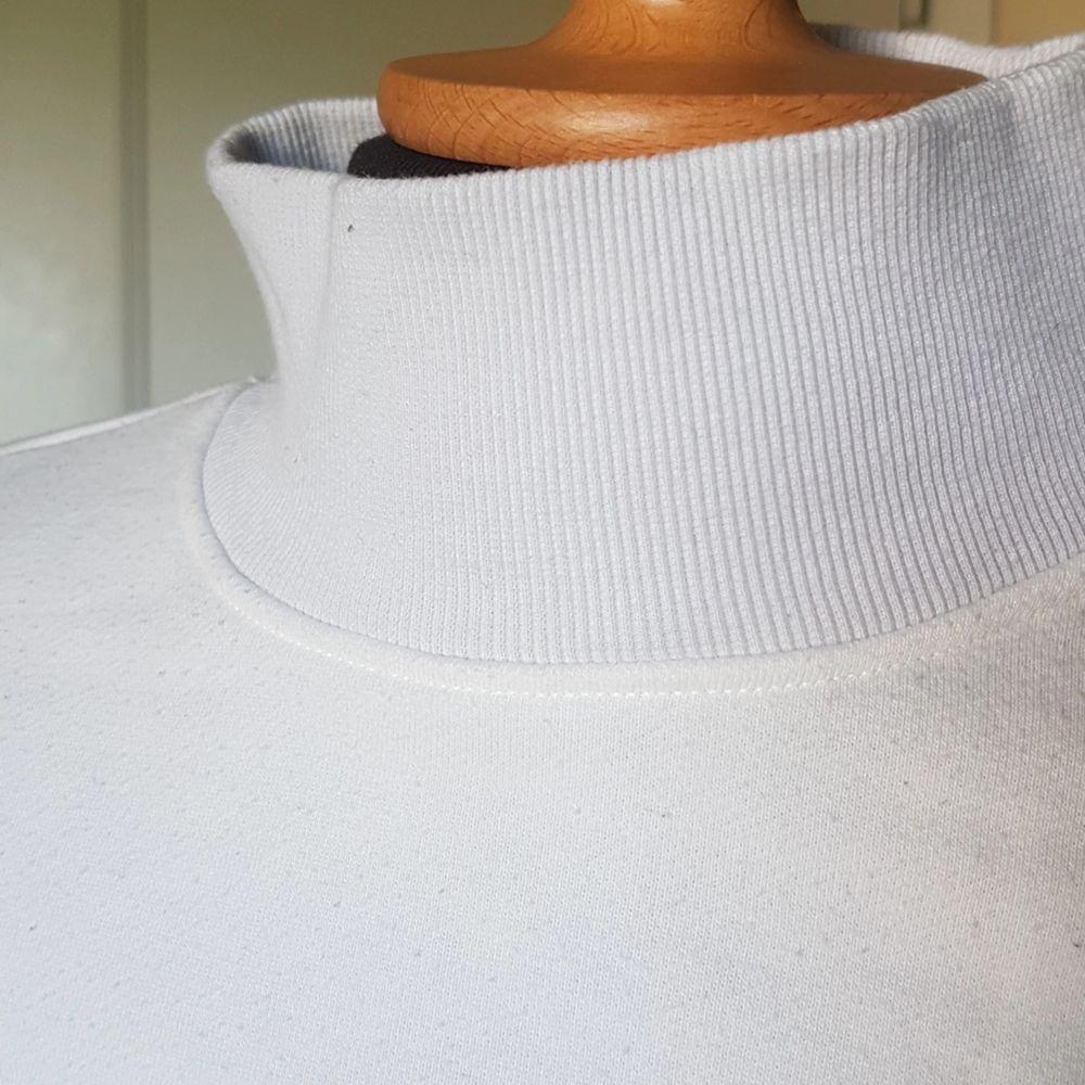 Denna superfina tjocktröja med polokrage från Monki säljes då den inte längre används. Väldigt bra skick förutom att krage och ärmslut har blivit lite grå från tvättning. Coolt mönster! Passar S och M.. Tröjor & Koftor.