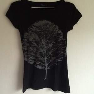 Svart /grå T-shirt från vila  Ganska tight.