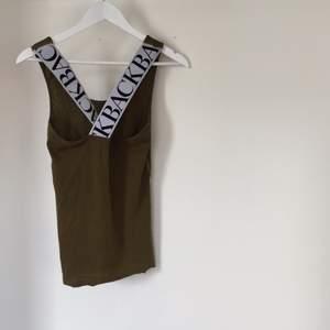 Militärgrönt linne från Back. Kan tänka mig att byta denna mot någon som har en i XS.
