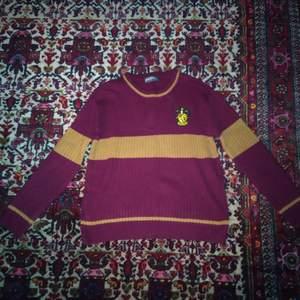 Stickad tröja från harry potter! Fint använt skick! Storlek L, skulle säga den passar ca 40-42 bäst men det är ju en smaksak! Frakt tillkommer, tror den kostar ca 70:- i Porto att sända.