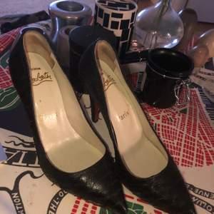 Super snygga Louboutin skor i storlek 37 . Läder och röd sula, bekväma och stabila att gå i.