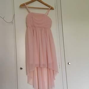 Så fin ljusrosa klänning i storlek 152!💕 Den har en underklänning som är kortare, på mig gick den ungefär till knäna. Så fint skick, och knappt använd. Frakt tillkommer😊