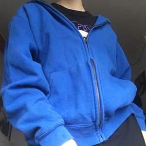 Så tuff ultramarine blå zip hoodie i storlek M!🥶 Köpt second hand i Sthlm, och i jättefint skick. Den har inget snöre, men hål där man kan stoppa i ett. Frakt tillkommer.