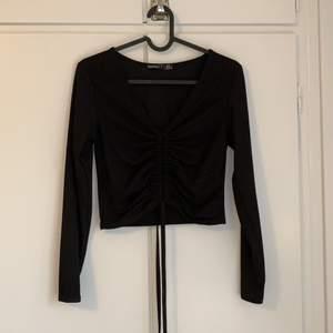 Skitsnygg svart ribbad tröja med snören i mitten. Köpt här på plick men säljs pga för liten för mig. Står storlek 38 men mer 34-36.