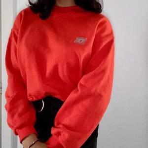 Röd/Orange långärmad tröja slutsåld på junkyard. •100% bomull •44cm längd •46cm bredd •Ca 43cm ärm •Spänne under magen och kan funka som en crop top. Mjuk på insidan.