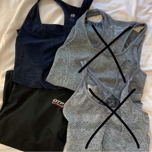 4 stycket träningstoppar, kan säljas styckvis eller tillsammans, pris kan diskuteras. 1. Blått linne från hm storlek xs, 2. grått linne med brottarrygg storlek xs,3. svart trekvartsarmar storlek xs, 4.grått linne från röhnisch med snygg rygg storlek xs. Skriv för bättre bilder eller frågor 💛