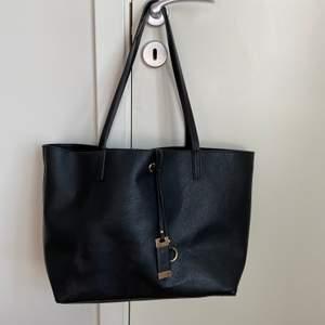 Super fin väska i bra skick men kan även välja om man vill ha nesesären i väskan eller inte för den är urtagbar