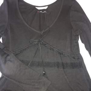 Odd molly tröja med lite volanger i en grå-svart färg. V-ringad. Hör av dig vid intresse💕