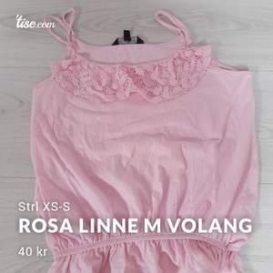 Rosa linne med volang i spets. Använd endast fåtal gånger. Tunna spännbara band vid axlarna, samt resår nertill för volang. Passar storlek XS & S. Frakt: 22 kr #xs #s #linne #volang #rosa